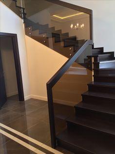 Staircase Design Modern, Modern Stair Railing, Home Stairs Design, Modern Stairs, Modern House Design, Balcony Grill Design, Balcony Railing Design, Staircase Wall Decor, Stair Decor