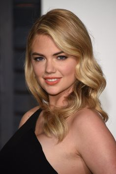 Pin for Later: Get Insider Access to Every Beauty Look From the Oscars Afterparties Kate Upton The supermodel kept things simple with elegant waves and a soft smoky eye look at the Vanity Fair Oscars party. Most Beautiful Faces, Beautiful Celebrities, Gorgeous Women, Katherine Elizabeth, Actrices Sexy, Diane Kruger, Vanity Fair Oscar Party, Hot Blondes, Beauty Women