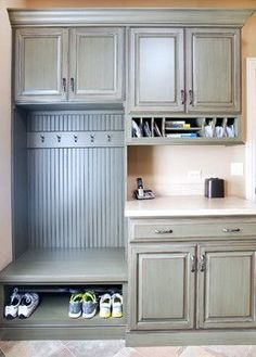 Drop Zone Ideas Home Drop Zone Ideas - check out these great ideas for creating the perfect home drop zones!Home Drop Zone Ideas - check out these great ideas for creating the perfect home drop zones! Mudroom Laundry Room, Laundry Room Design, Mud Room Lockers, Garage Laundry, Laundry Area, Br House, Tiny House, Room Organization, Organization Station