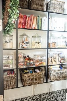 Perfect Pantry Containers to Organize your Pantry Looking for some pretty pantry containers? Look and see how Just Destiny organizes her pantry using InterDesign clear containers! Home Organisation, Container Organization, Pantry Organization, Pantry Ideas, Storage Containers, Cozy Home Decorating, Pantry Makeover, Pantry Storage, Purse Storage