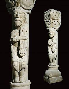 """VIELA.  Viola  o vihuela de arco, también denominada fídula, giga, viela e incluso rabel (aunque este último responde a una tipología específica de vihuela de arco de origen oriental, pequeño y construido en una sola pieza de madera), es un instrumento de cuerda frotada usado en la música medieval. Estatua-columna con personaje músico""""; último cuarto del s.XII; piedra caliza; 120 cms de altura; iglesia de San Andrés, Revilla de Collazos (Palencia)."""