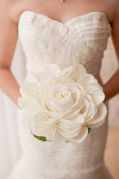 """Hoa cưới kết bằng cánh hoa Kiểu bó hoa cầu kỳ này xuất hiện vào những năm đầu thế kỷ 20, hàng trăm cánh hoa được ghép lại bằng keo tạo thành một bông hoa lớn. Các cô dâu khéo tay có thể tự kết hoa và kết hợp màu sắc theo sở thích của mình mà không lo bị """"đụng hàng""""."""