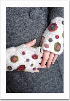 Ravelry: Suri Spot Mitts pattern by Mags Kandis