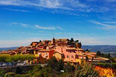 Situé au coeur du plus important gisement d'ocre d'Europe, Roussillon clame sa singularité minérale par une étonnante palette de couleurs flamboyantes. En parcourant ses ruelles et ses escaliers, en contemplant ses façades, souvent simples et naturellement belles, vous admirerez le résultat de savoir-faire plus que millénaires.DECOUVRIR LE VILLAGE Son nom est formé avec le suffixe…