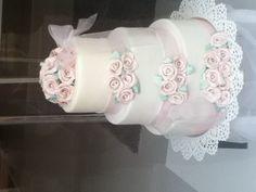 Auer estaba andando por la calle y me encontré este pastel tan buenoo!!! Lo compre para la boda de mi mejor amiga pero es una sorpresaa!!! Xxxxt!!! ;)
