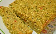 Bolo de arroz assado - Uma excelente alternativa para utilizar sobras de arroz e legumes. Muito simples e rápido de preparar. Você pode adicionar ervas frescas, te...