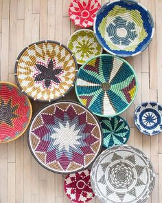 Cheap DIY decor project for this summer Bohemian Interior, Bohemian Decor, Baskets On Wall, Hanging Baskets, Hanging Rug On Wall, Afrique Art, Plates On Wall, Decoration, Decoupage