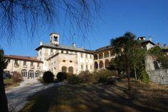 """La Villa vista dall'ingresso laterale del Parco. A sinistra il ristorante """"Taverna Antico agnello"""""""