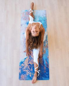 Yoga has been part of our lives when it comes to tension and stress relief. Through yoga we gain a deeper knowledge and understanding of oneself. Yoga Flow, Yoga Meditation, Begginers Yoga, Body Women, Yoga Pilates, Yoga Photos, Yoga Pics, Yoga Posen, Yoga Positions