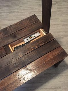 DIY Rustic Coffee Table with Hidden Storage diy beginner diy pallet diy projects diy rustic diy woodworking Rustic Coffee Tables, Diy Coffee Table, Diy Table, Rustic Couch, Rustic Desk, Easy Coffee, Pallet Furniture, Furniture Projects, Furniture Design