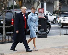 Bà Melania, 46 tuổi, nắm tay Tổng thống đắc cử Donald Trump, 70 tuổi, khi họ đi lễ nhà thờ vào sáng 20/1, mở đầu các hoạt động trong ngày ông Trump nhậm chức.      Bà chủ Nhà Trắng tương lai diện bộ đồ xanh của hãng thời trang cao cấp Ralph Lauren.      Cựu người mẫu Slovenia cũng đi giày ...