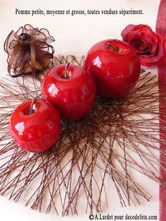 A l'aide d'un marqueur peinture, d'un stylo couleur ou de stickers, les fausses pomme rouges (petites, moyennes ou grosses) feront des marque-places à croquer ! #marque #place http://www.decodefete.com/pomme-rouge-petite-p-2591.html