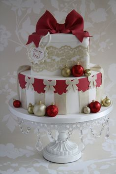 red, white & taupe lace and bows Xmas cake