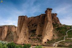 """#قلعه_بهستان در حدود 20 کیلومتری شهر #ماه_نشان و 112 کیلومتری #زنجان قرار دارد. این دژ برای نخستین بار در دوره ساسانی بنا شده ولی در قرن های 6 و 7 پس از اسلام اوج استفاده را داشته است و به نام """" #تخت_دیو """" هم شناخته می شود. این قلعه به نام های قلعه بهستان، تخت دیو و قلعه ماه نشان شناخته می شود.  بخش عمده نمای خارجی قلعه بهستان از سازه های طبیعی """"هودو"""" که بومیان آن را """" #دوکش_جن """" می نامند، ساخته شده: سازه های قارچ مانندی که بر اثر فرسایش طبیعی به شکل مناره ای در آمده که تکه سنگی مستحکم بر سر…"""