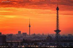"""BERLIN - Funkturm (berlinerisch """"Der lange Lulatsch"""",im ehemal. Westteil, rechts) und Fernsehturm (berlinerisch """"Tele-Spargel"""",im ehemal. Ostteil, links)"""