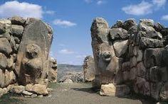 Ḫattuša in Turchia, antica capitale dell'Impero Ittita durante l'Età del Bronzo, oggi sito archeologico situato a circa 150 km a sud-est da Ankara, presenta una porta di ingesso alla città sorvegliata da leoni, analogamente a quanto era stato per Micene.