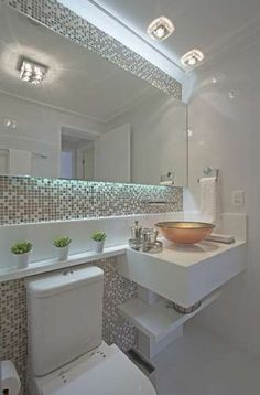 banheiro clean - com pastilhas Bathroom Organization, Bathroom Toilets, Washroom, Bathroom Renos, Bathroom Interior, Bathroom Renovations, Master Bathroom, Small Bathroom, Backlit Mirror