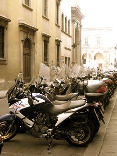 Vespas in Florence ( vi imensas! É mesmo assim, a rua inteira com motas estacionadas)