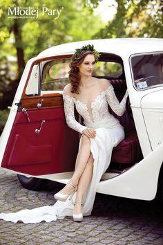 Bride in a wreath / retro car / greenary wedding