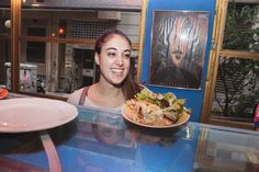 ΚΥΜΑΤΟΘΡΑΥΣΤΗΣ Φαγητό για φοιτητές στα Εξάρχεια ‹