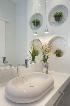 Lavabo com Nichos Redondos de Banheiro de Aquiles Nicolas Kilaris - Viva Decora