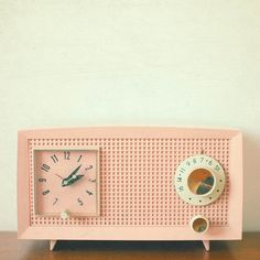 Vintage radio clock. I've never been a fan of the color pink, but this is too gorgeous. Now to find one in tiffany blue and I'm sold.