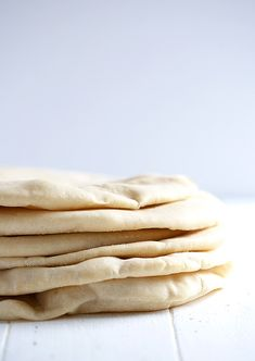Homemade Pita Bread - traditional, baked pita bread, with pockets! / Seasons and Suppers Homemade Hamburger Buns, Homemade Pita Bread, Homemade Hamburgers, Homemade English Muffins, Yeast Bread Recipes, Personal Recipe, Our Daily Bread, Bread Rolls, Polenta