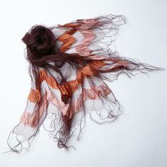 【MAVI】天女の羽衣のような色合いで、上品な透け感のあるストール。  エッジのサテン地ボーダーがアクセントになっています。フリンジは長めの9cm。  ピンクはフェミニンな印象、ブラウンはマニッシュな印象をプラスしてくれます。