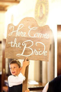 Ring Bearer Carrying Sign :: Photography by Jen Lynne Photography