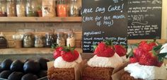 """#SPECIAL_CAFÉS LONDON  The Canvas: Cafe and Creative Venue in Shoreditch(""""happy moments""""),  The Cereal Killer Café in Shoreditch mit mehr als hundert Cornflakes-Sorten und The Mae Deli mit vegane Speisenam Nordostrand des Hyde Park, """"The Beigel Shop"""" ist Londons ältester seiner Art, hier gibt es Bagel sogar in Regenbogenfarben. Auch schön ist das Barber & Parlour, das zum Privatclub Soho House gehört, aber für jedermann zugänglich ist."""