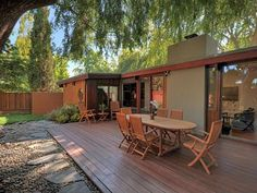 Exterior: Joseph Eichler Home in Palo Alto, Calif.