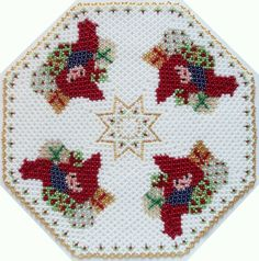 Centrino con folletti Seed Bead Crafts, Perler Beads, Handmade Christmas, Doilies, Seed Beads, Pot Holders, Beading Ideas, Embroidery, Create