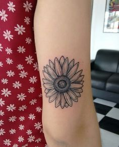 Tattoo girassol – foot tattoos for women flowers Tattoos For Women Flowers, Foot Tattoos For Women, Small Flower Tattoos, Sleeve Tattoos For Women, Small Tattoos, Sunflower Tattoo Shoulder, Sunflower Tattoo Small, Sunflower Tattoos, Mini Tattoos