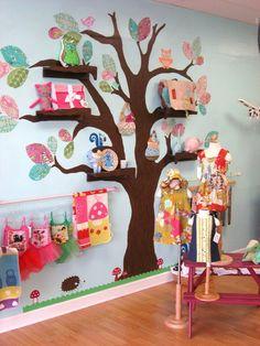 """Árvore pintada na parede, folhas de papéis coloridos ou contact e prateleiras fixas nos """"galhos"""" , na mesma cor..."""