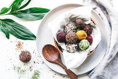 Hast du schon mal Energy Balls probiert? Die leckeren Bällchen sind schnell gemacht, super lecker und versorgen dich mit extra Protein!