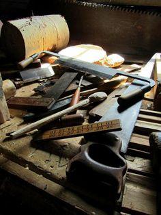 Herramientas de carpintería: escuadras, devastadoras, descortesadoras, serrucho, cepillos