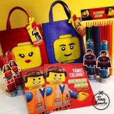 Kit lembrança para meninos e meninas: Lego Movie. Sacolinhas com kit para colorir e tubetes com chocolates coloridos!