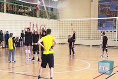 В Лабытнанги стартовала третья спартакиада среди работников муниципальных учреждений и предприятий города.  Первым из шести видов состязаний, в которых предстоит померяться силами девяти командам, стал волейбол. https://lbt.yanao.ru/news/view/municipaly-na-start