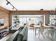 LIVING | A principal mudança do projeto foi o nivelamento do piso da varanda ao do living com o objetivo de integrar os ambientes. Na sala, sofá à venda na Somma Design. Rack em compensado preto e chapas de compensado tingidas em cor de madeira, desenhado (Foto: Sidney Doll/Divulgação)