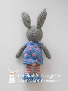 ** KLAAR VOOR SCHIP ** Prachtige Matilda handgemaakte gebreide Bunny in een gevlekte jurk Deze Bunny heeft gebreid door mij in een rook vrije omgeving met behulp van 100% premium acryl garen en 100% indanthren katoen garen en gevuld met polyester vulling, heeft een kleine 2mm
