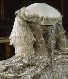 Marie Antoinette married the Dauphin Louis at the chapel in Versailles. The wedding dress. (Interestingly, it can easily be seen that Terry Dresbach 'borrowed' this very bodice design for her version of Claire's wedding dress in the 'Outlander' series! Vintage Outfits, Vintage Gowns, Vintage Fashion, Marie Antoinette, 18th Century Dress, 18th Century Fashion, 17th Century, Historical Costume, Historical Clothing