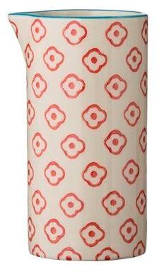 Bloomingville - Emma Mælkekande fra HjemmeLiv.dk Kanden har det fineste røde blomster mønster med blå kant. Mix og match med de andre dele i Emma stellet og lav dit helt eget personlige stel.