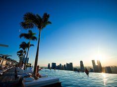 O Marina Bay Sands é um gigantesco hotel de Cingapura com três torres de 55 andares. As torres são unidas por uma imensa plataforma conhecida como SkyPark, com restaurantes, discotecas, e uma piscina de borda infinita com vista sobre Cingapura. A impressão é de estar nadando em meio aos arranha-céus da cidade.