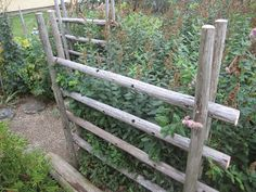 Tee se itse -ideoita puutarhaan : Heinäseipäistä aitaa Wattle Fence, Garden Fencing, Garden Art, Home And Garden, Diy Interior Garden, Garden Structures, Outdoor Structures, Country Fences, Allotment Gardening