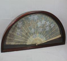 Abanico de hilo y hueso pintado a mano en abaniquera de finales del siglo XIX.