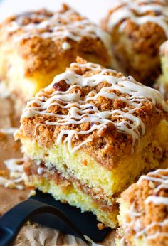 Extreme Crumb Cinnamon Roll Coffee Cake literally melts in your mouth for that special person Just Desserts, Delicious Desserts, Yummy Food, Food Cakes, Cupcake Cakes, Cupcakes, Cake Recipes, Dessert Recipes, Drink Recipes