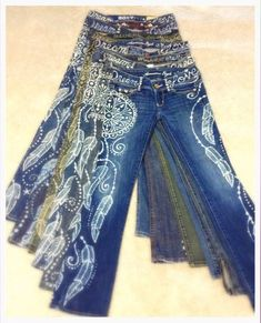 Dream Catcher and Feather design hand bleached onto upcycled denim Denim Fashion, Boho Fashion, Fall Fashion, Fashion Ideas, Fashion Inspiration, Custom Clothes, Diy Clothes, Bleach Pen Designs, Clothing Hacks