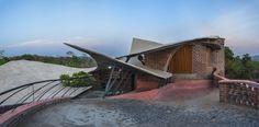 Construído pelo iStudio architecture na Wada, India na data 2014. Imagens do AN clicks . O projeto está situado nos assentamentos rurais de Wada, próximo de Mumbai, Índia. Trata-se de uma casa de campo de 2...