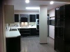 Ejemplo cocina en negro, encimera blanca y suelo gris :)