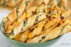 Käse-Stangen mit Feta und Frischkäse - http://sallys-blog.de/herzhafte-rezepte/vorspeisen/item/444-last-minute-blaetterteigstangen-fingerfood